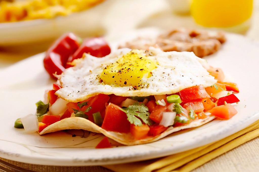 huevos rancheros con tortilla tostada