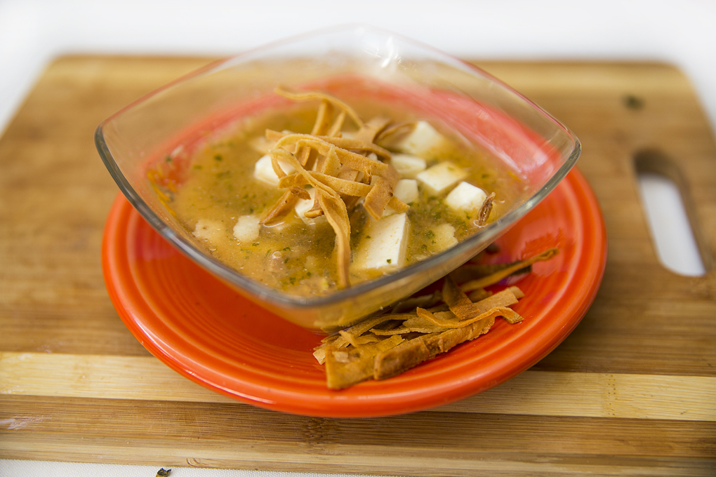 Exquisita sopa de tortilla exprés con tortilla frita y queso.