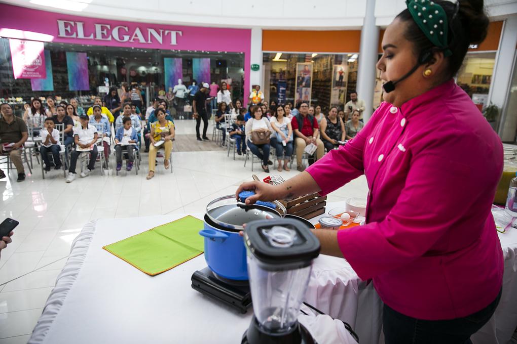Chef Michelle Fùgon impartiendo la clase gratuita a la audiencia.