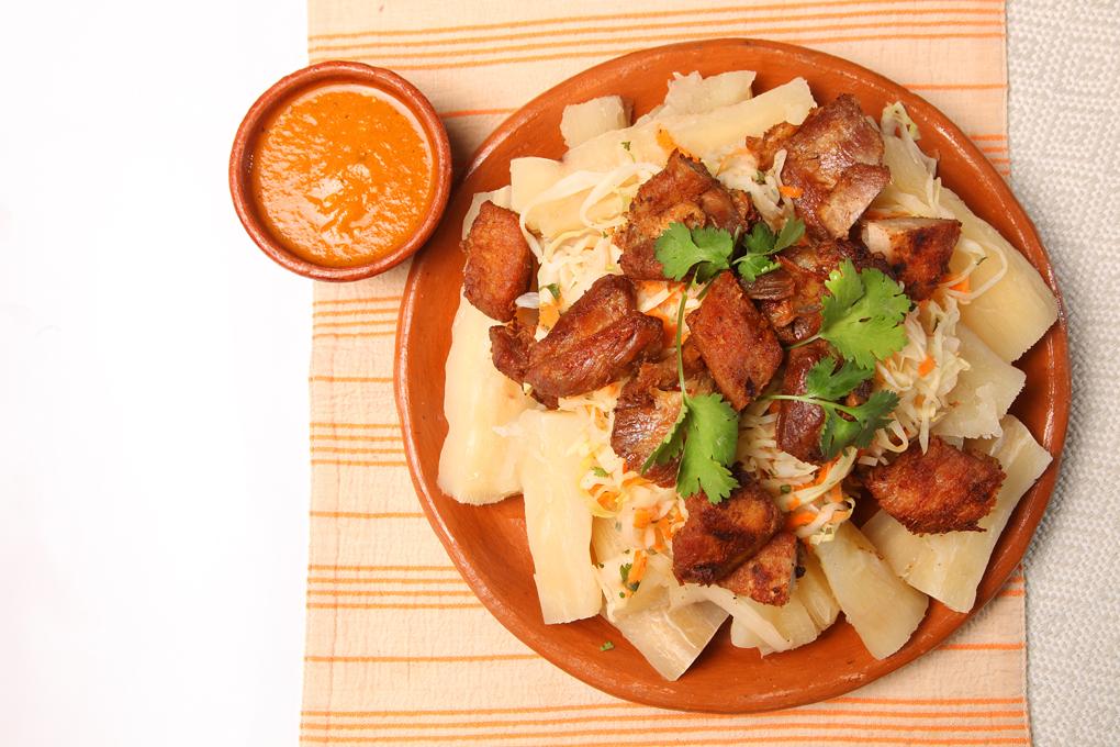 Delicioso plato típico de chicharrón con yuca.