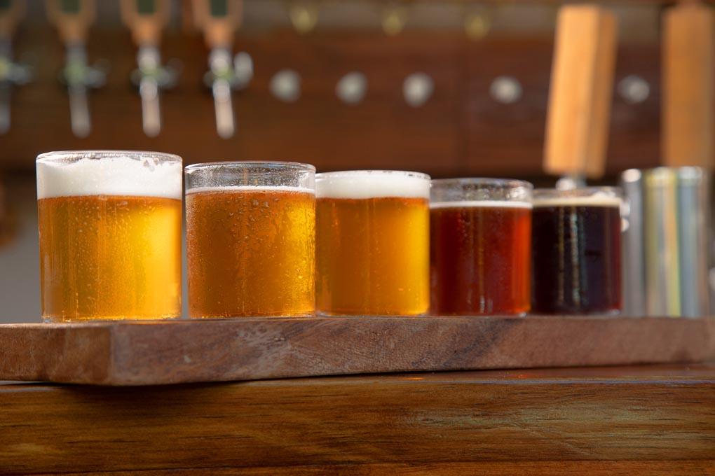 Delicioso sampler de cervezas artesanales.