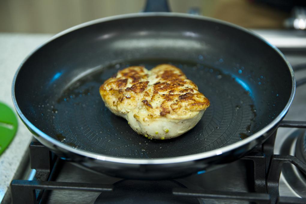 Exquisita pechuga de pollo en su salsa cítrica, dorada a la perfección.
