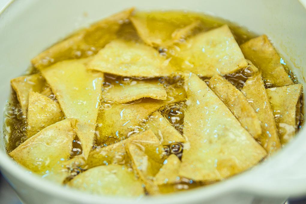 Freír las chips con abundante aceite para lograr el efecto crujiente deseado