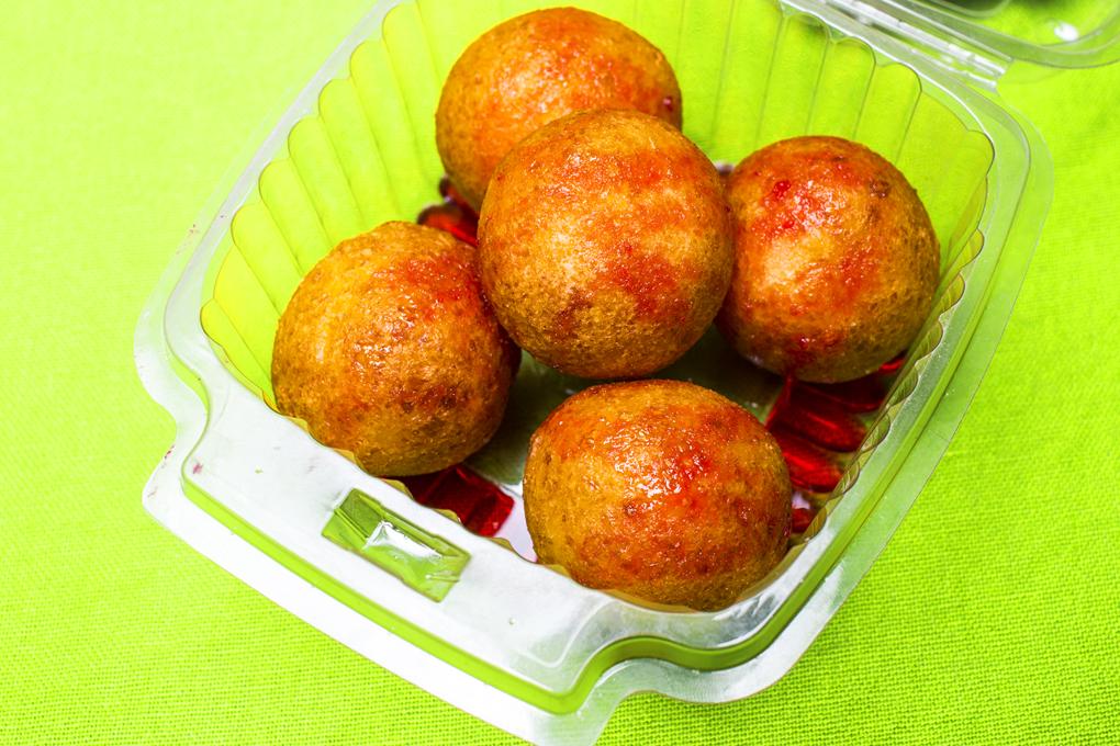 Los buñuelos están bañados en una de las salsas mas pedidas cereza-fresa