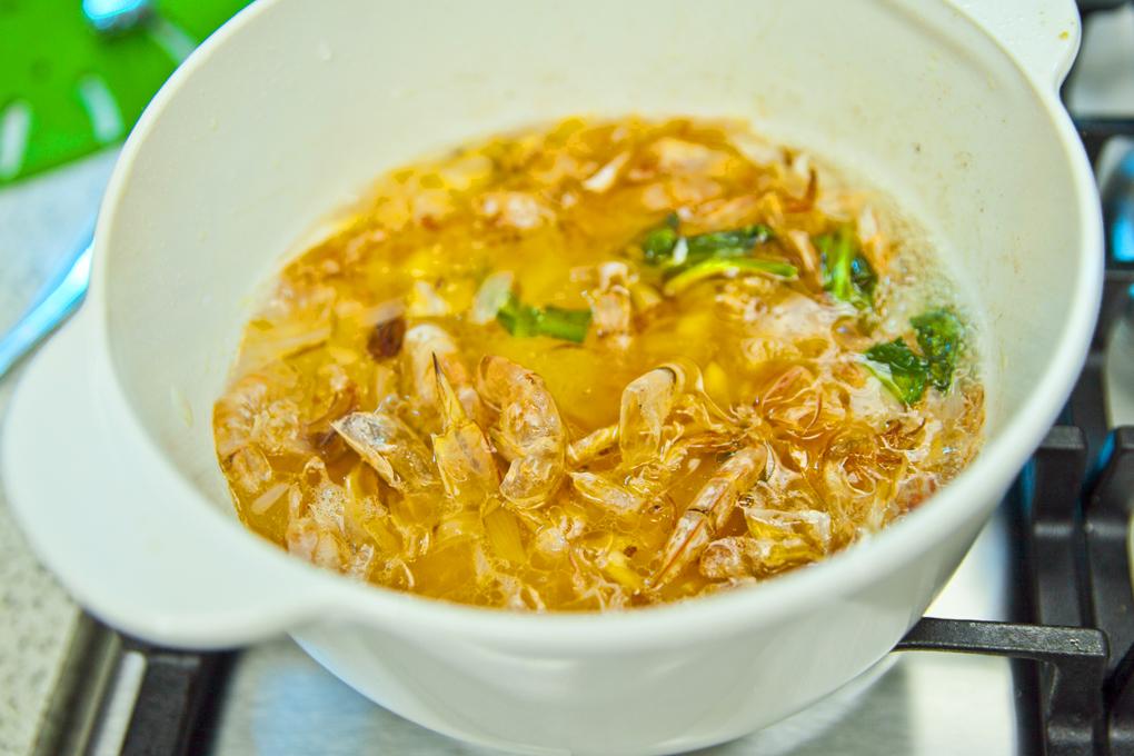 Colocar las conchas de camarón a fuego medio y sofreír por 5 minutos.