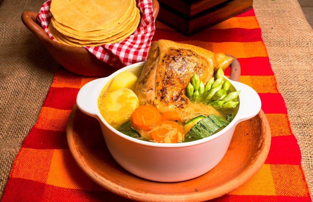 Esta popular sopa de gallina india a las brasas no te la puedes perder si visitas Lempira.