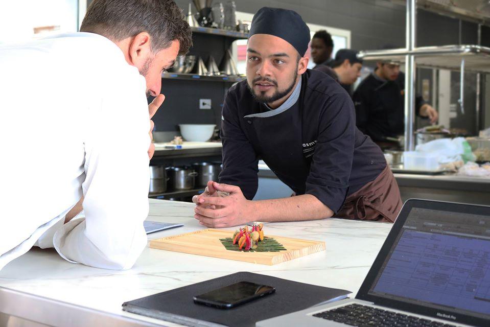 El chef Carlos Espinal en sus clases en GASMA