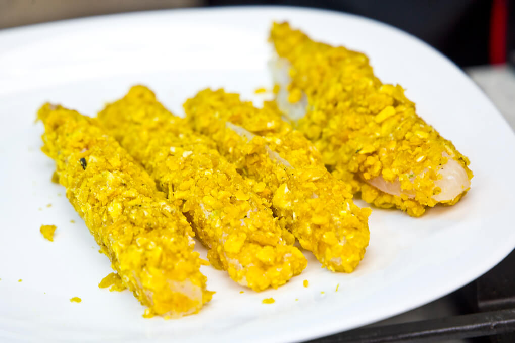 Dedos de pescado empanizados con tajaditas de plátano