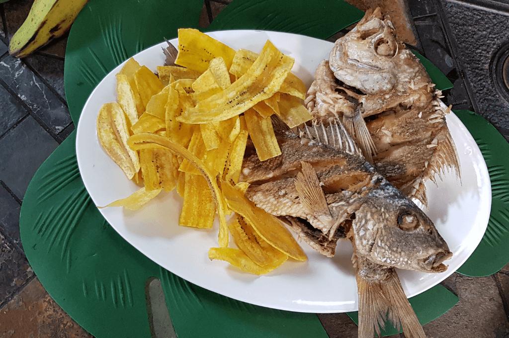 pescado frito estilo costeño