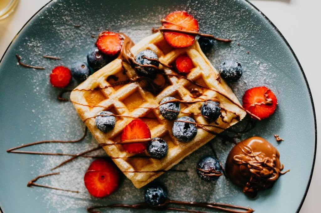 waffles con nutella y fruta